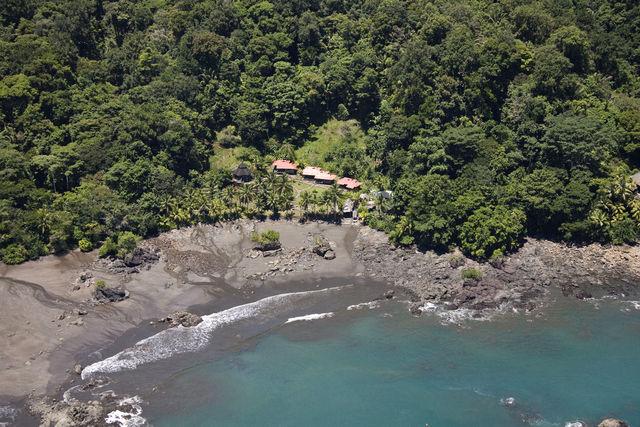 Rondreis Colombia Choco Nuqui El Cantil Ecolodge luchtfoto met ligging aan de kust