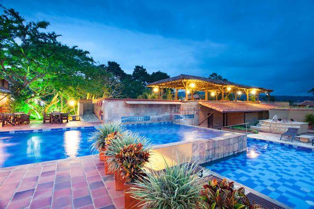 Rondreis Colombia Santander Barichara Terre Barichara zwembad en bar vanuit een andere hoek