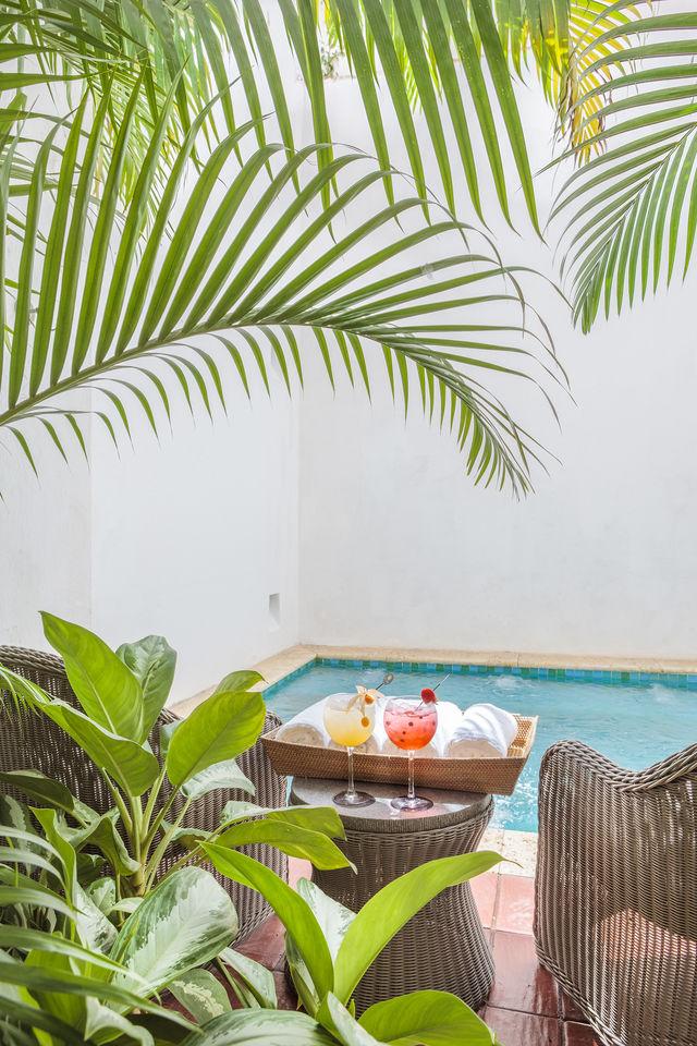 Rondreis Colombia Bolivar Cartagena Casa San Agustin met een drankje aan het zwembad