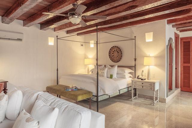 Rondreis Colombia Bolivar Cartagena Casa San Agustin slaapkamer met hemelbed