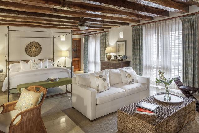 Rondreis Colombia Bolivar Cartagena Casa San Agustin junior suite met zithoek
