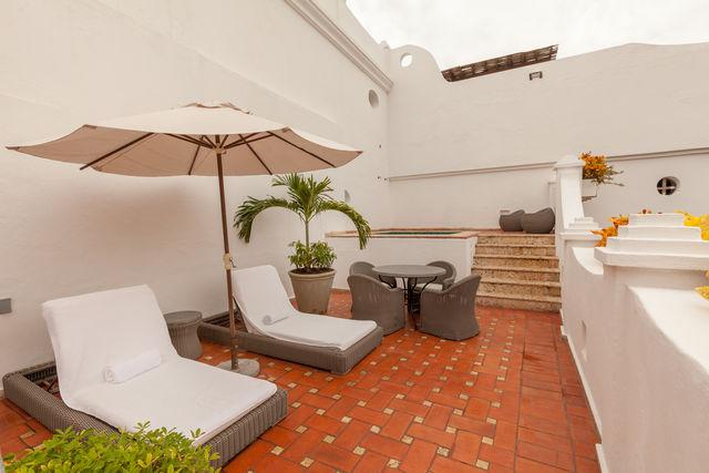 Rondreis Colombia Bolivar Cartagena Casa San Agustin dakterras met ligbedjes