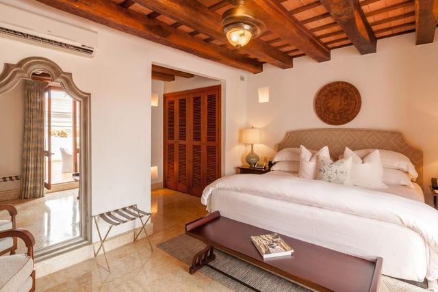 Rondreis Colombia Bolivar Cartagena Casa San Agustin slaapkamer met balkenplafond