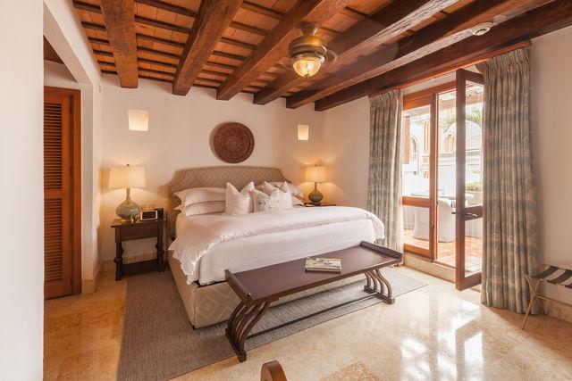 Rondreis Colombia Bolivar Cartagena Casa San Agustin slaapkamer met dubbel bed