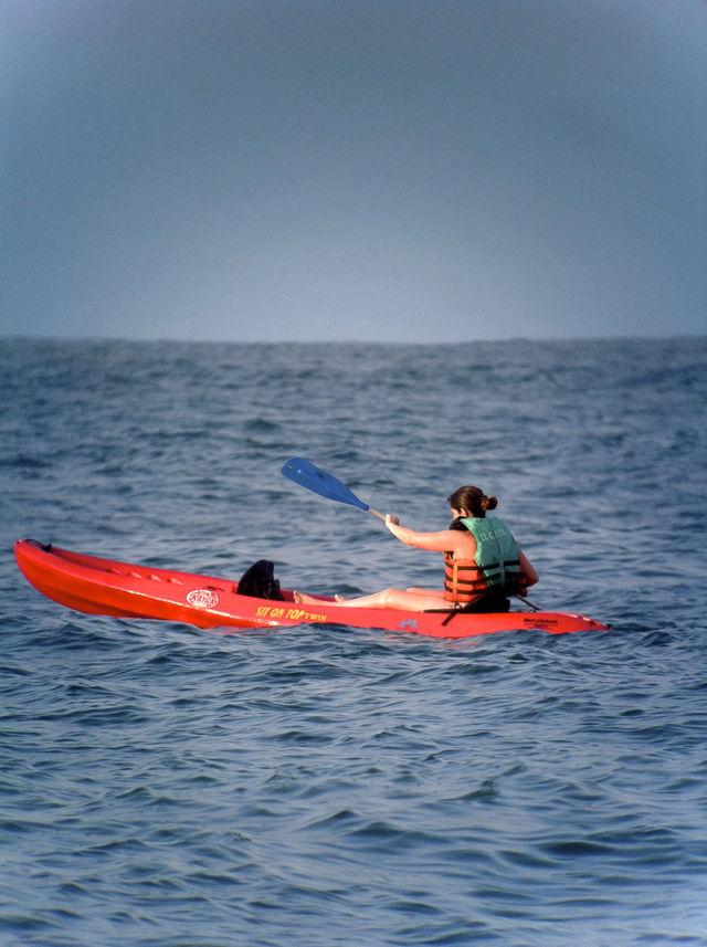 Rondreis Colombia Choco Nuqui El Cantil Ecolodge kayakken op zee