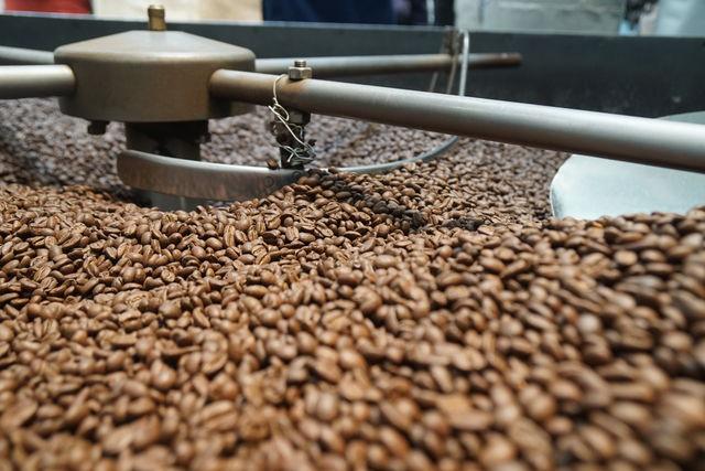 Rondreis Colombia Quindio Koffieregio detail omschepmachine koffie branden