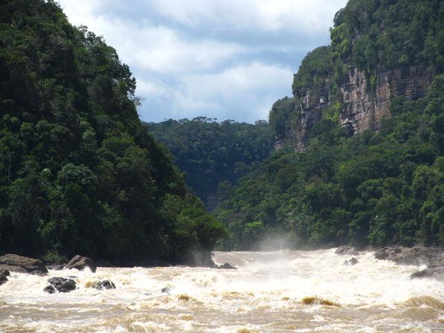 Rondreis Colombia Meta La Macarena kolkende rivier