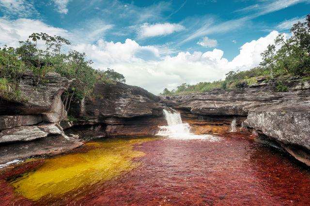 Rondreis Colombia Meta La Macarena Cano Cristales waterval met geel en rood