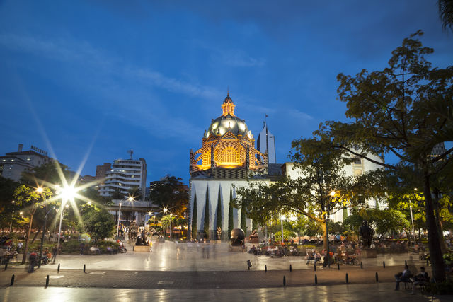 Rondreis Colombia Medellin Plaza Botero met cultuurpaleis