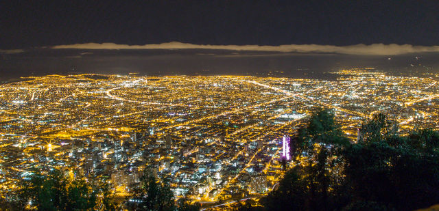 Rondreis Colombia Bogota Avondopname vanaf Monserrate