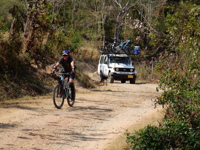 Rondreis Colombia Santander San Gil outdoor mountainbiker onderweg met begeleiding daarachter