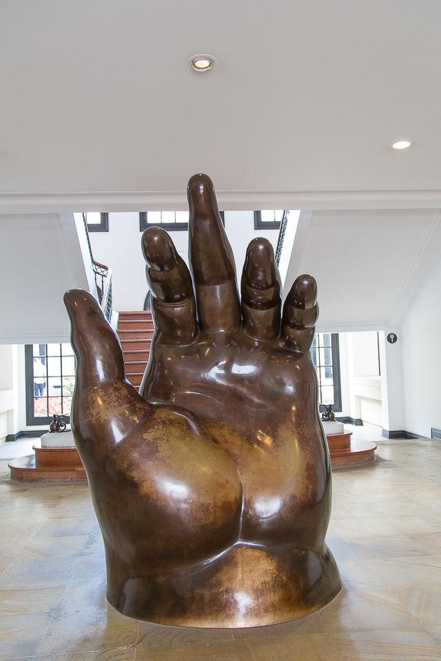 Rondreis Colombia Bogota Museo Botero beeldhouwwerk van een hand