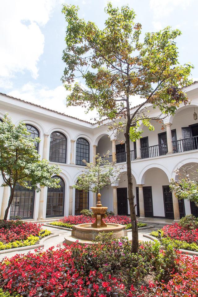 Rondreis Colombia Bogota Museo Botera vanuit de tuin gezien