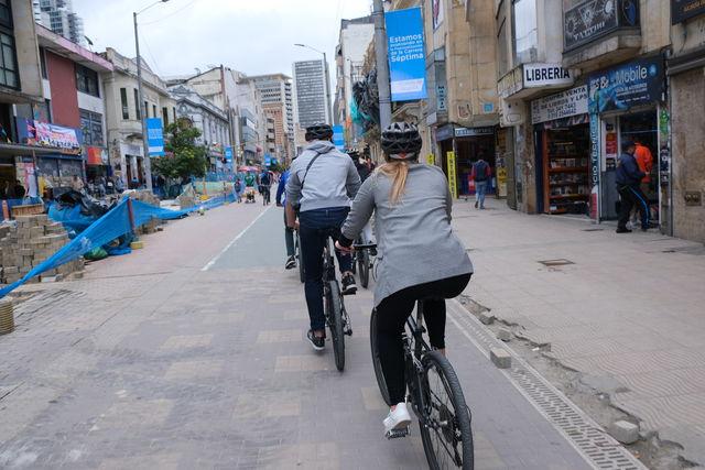 Rondreis Colombia Bogota fietstour achter de gids aan door de straten