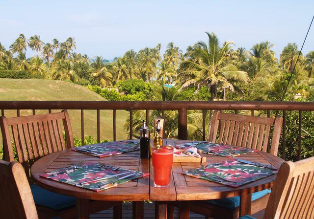 Rondreis Colombia Magdalena Palomino Beach Aite Eco lodge ontbijt op het deck met de zee op de achtergrond