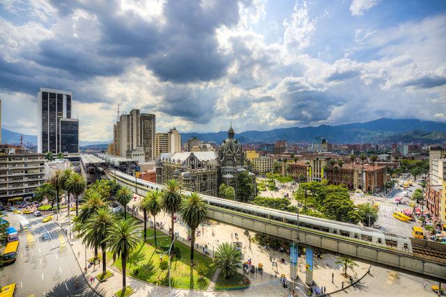Rondreis Colombia Medellin overzicht binnenstad met metro op voorgrond