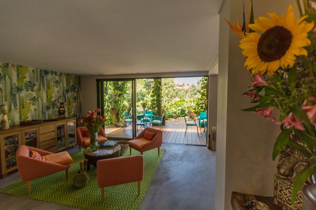 Rondreis Colombia Antioquia Medellin Patio del Mundo de woonkamer met daarachter de tuin
