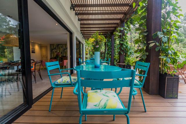 Rondreis Colombia Antioquia Medellin Patio del Mundo genieten van het mooie weer op de veranda
