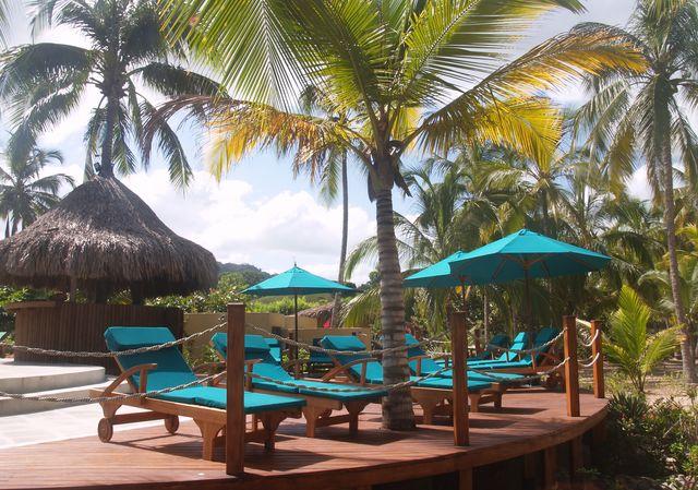 Rondreis Colombia Magdalena Palomino Beach Aite Eco lodge relaxen aan het zwembad met uitzicht op zee