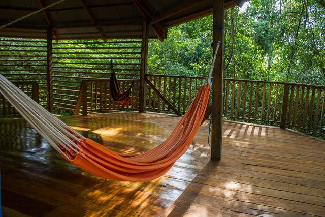 Rondreis Colombia Meta La Macarena La Manigua Lodge centrale gebouw met hangmatten