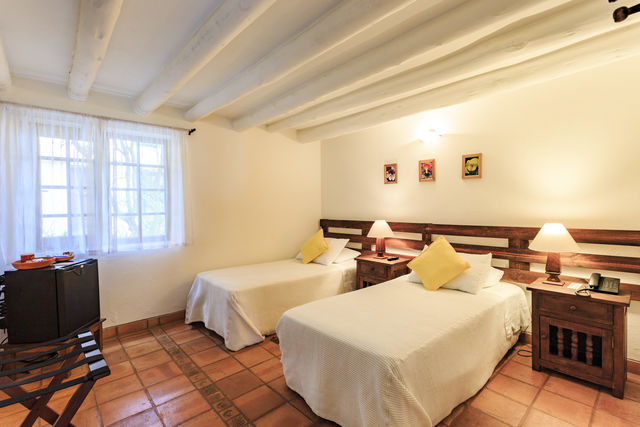 Rondreis Colombia Ricaurte Villa de Leyva Getsemani slaapkamer met losse bedden