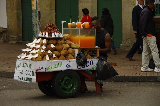 Rondreis Colombia Bogota straatverkoper