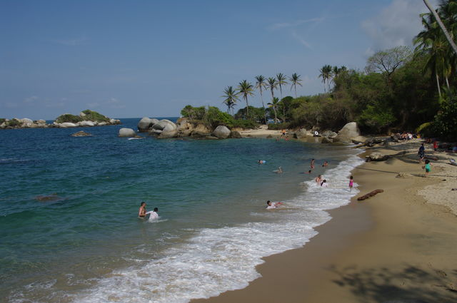 Rondreis Colombia Magdalena Tayrona National Park strand met badgasten
