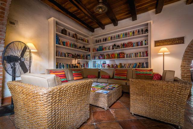 Rondreis Colombia hotel Bantu Cartagena bibliotheek