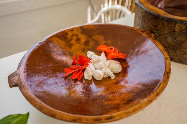 Rondreis Colombia Bolivar Islas Rosario San Pedro de Majagua geurige bloemen in de massage ruimte