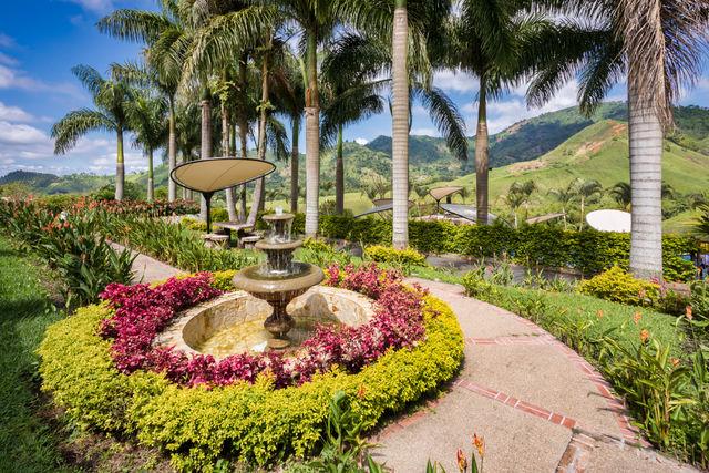 Rondreis Colombia Risaralda Pereira Casa San Carlos Lodge wandelen door de tuin met uitzicht over de omgeving