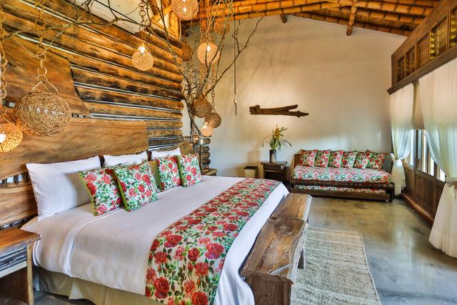 Rondreis Colombia Risaralda Pereira Casa San Carlos Lodge slaapkamer met veel hout