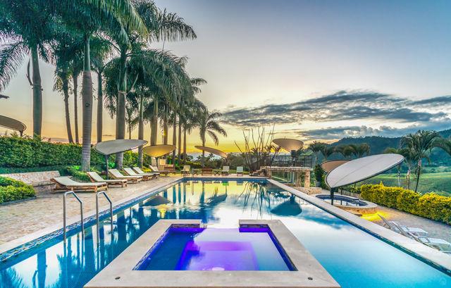 Rondreis Colombia Risaralda Pereira Casa San Carlos Lodge zwembad met ondergaande zon