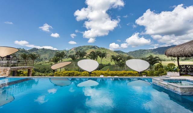 Rondreis Colombia Risaralda Pereira Casa San Carlos Lodge het zwembad