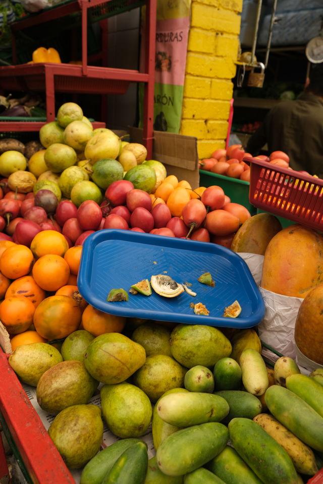 Rondreis Colombia Bogota fietstour rondleiding en proeverij op de fruitmarkt