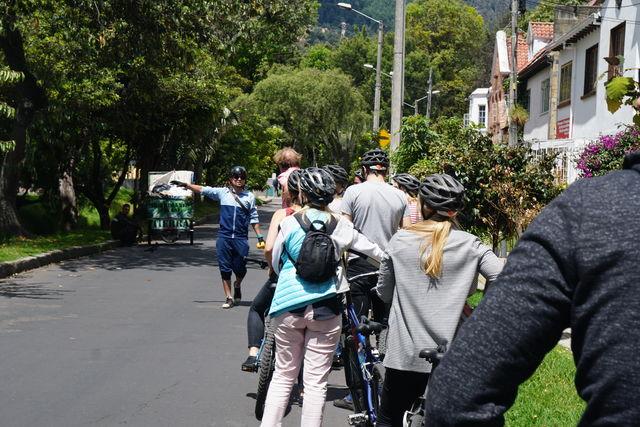 Rondreis Colombia Bogota fietstour uitleg van de gids onderweg