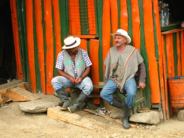 Rondreis Colombia Quindio Koffieregio locals bespreken het Nieuws van de dag