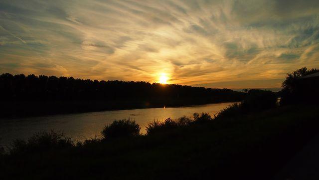 Zonsondergang bij de Maas Venlo Limburg Nederland