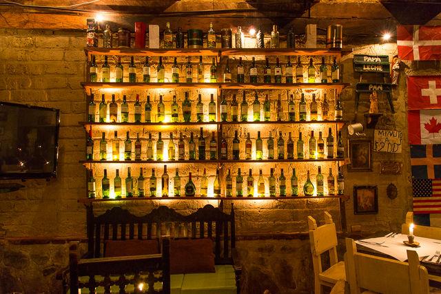 Rondreis Colombia Ricaurte Villa de Leyva een restaurant met wijnmuur
