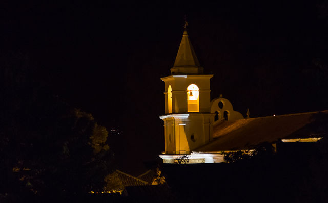 Rondreis Colombia Ricaurte Villa de Leyva kerktoren in het donker