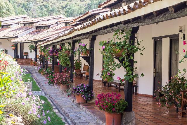 Rondreis Colombia Ricaurte Villa de Leyva een hofje met planten