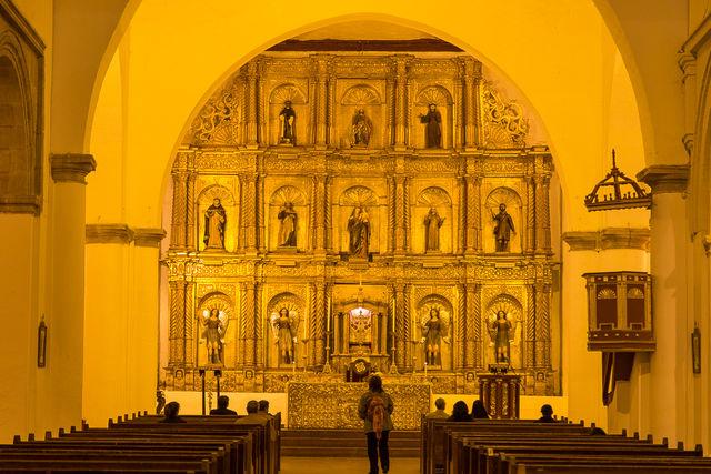 Rondreis Colombia Ricaurte Villa de Leyva de kerk van binnen bekenen