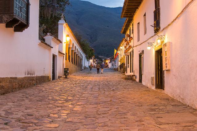 Rondreis Colombia Ricaurte Villa de Leyva 's avonds wandelen door de straatjes
