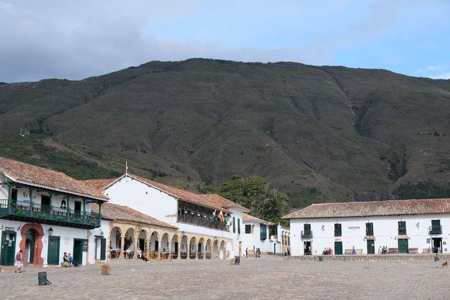 Rondreis Colombia Ricaurte Villa de Leyva centrale plein met de bergen op de achtergrond