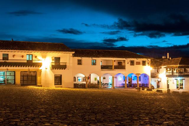Rondreis Colombia Ricaurte Villa de Leyva centrale plein bij avond