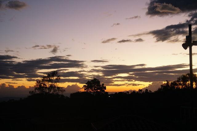 Rondreis Colombia Quindio Koffieregio mooie luchten bij ondergaande zon