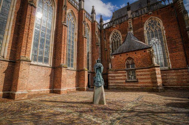 Standbeeld Walburgis Kerk Zutphen Gelderland Nederland