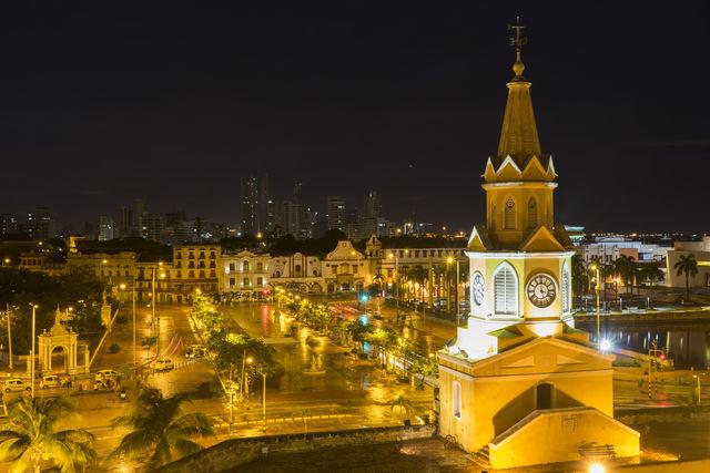 Rondreis Colombia Plaza del Reloj avondopname met uitzicht op Getsemani