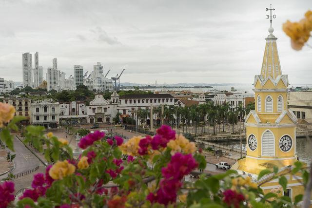 Rondreis Colombia Cartagena Plaza del Reloj met Getsemani en daarachter de haven