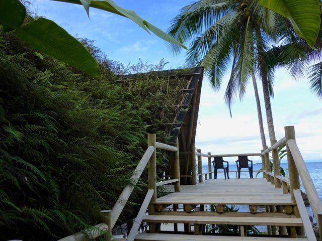 Rondreis Colombia Choco Nuqui El Cantil Ecolodge vlonder met uitzicht op zee