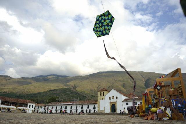 Rondreis Colombia Ricaurte Villa de Leyva een vlieger op het grote plein